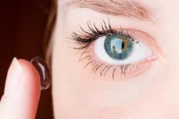 830c53cadd4b Slik setter du i kontaktlinsene
